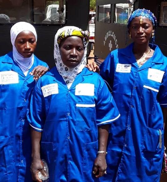 Mariam Diarra au centre deux autres femmes conductice. La conductrice de motoambulance Ramata Darra au lieu deux autres femmes conductrices