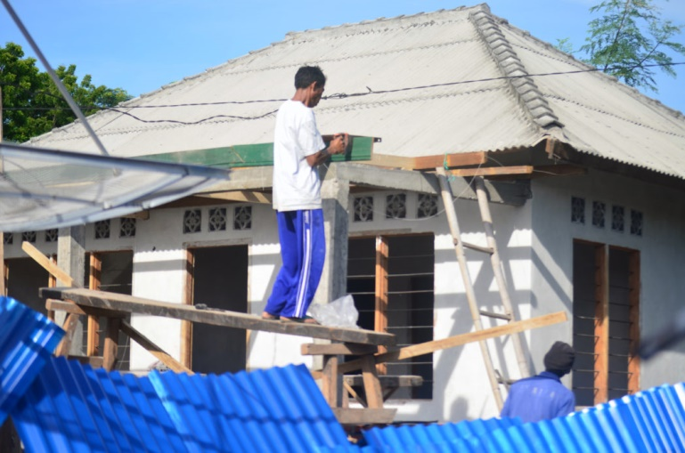 Jumanom renovating a house of one of the Segenter residents